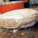 Brot aus Topf nehmen