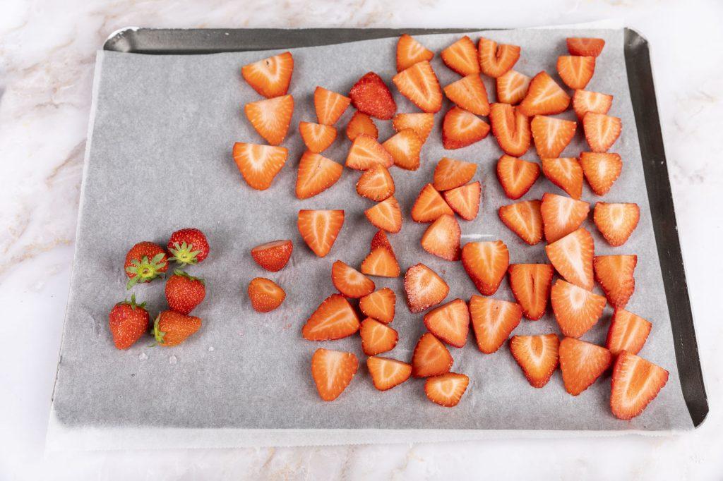 Erdbeeren schneiden   Foto (c) Julian Kutos