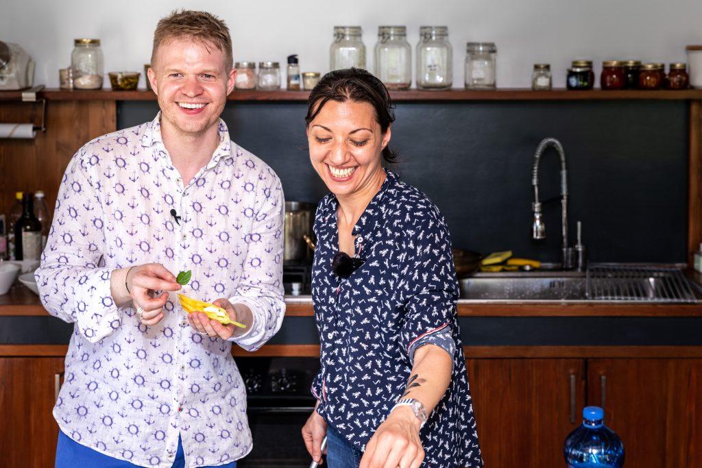 Chef Nadia und ich in der Sant Erasmo Gartenküche - Foto (c) Julian Kutos